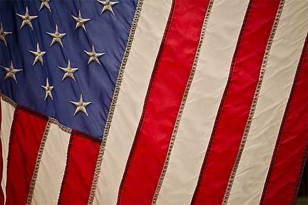 como-hacer-para-pedir-asilo-politico-en-estados-unidos-bandera