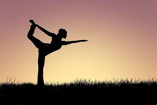 Postura de la silueta de la mujer en el yoga