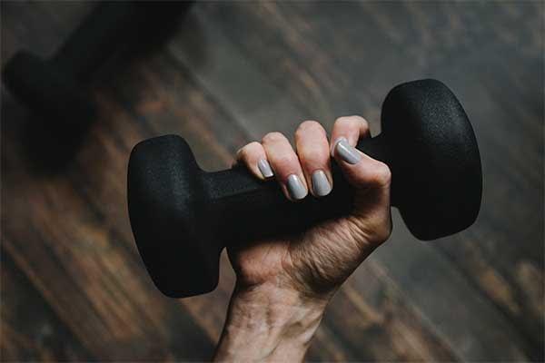 ejercicios-sencillos-en-casa-con-mancuernas
